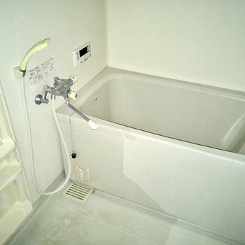 お風呂は追い焚き機能付き!(※写真は清掃前のもので、フラッシュ撮影しています)