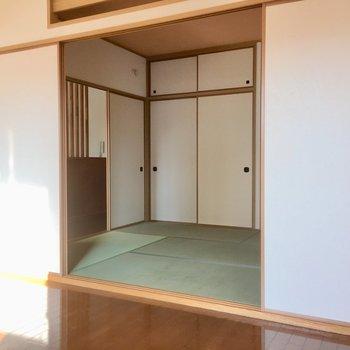 L字のリビング横に和室。(※写真は清掃前のものです)