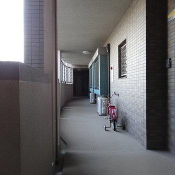 広々清潔な共用廊下。