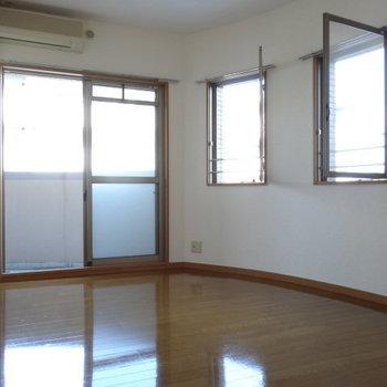 玄関横の洋室。こちらもぐるっと窓に囲まれてます。エアコン付き◎