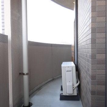 和室と洋室側のコンパクトなバルコニー。外で使うものを置いておけそう。