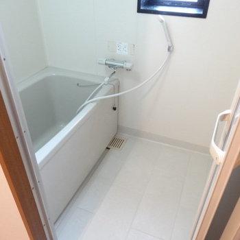 お風呂には窓があるので換気できる!1人で入るなら十分の広さ。