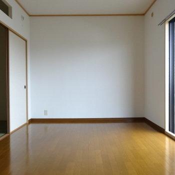 バルコニー側の洋室は、リビングかな?日当たり良くて気持ちいい♪