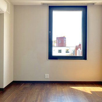 【洋室6.4帖】大きな窓がついてますよ