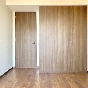 【洋室6.4帖】壁いっぱいの