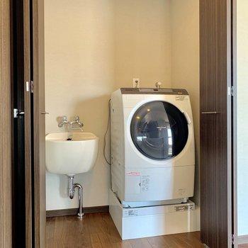 洗濯機置場、扉で隠せます