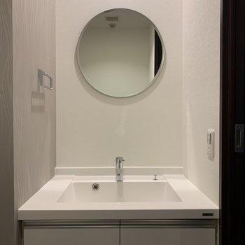 トイレには洗面台も。丸い鏡がキュート