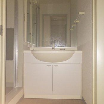 脱衣所に来ました。独立洗面台しっかりあります。※写真は通電前のものです・フラッシュを使用して撮影しています