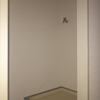廊下に入るとすぐ左手には洗濯機置き場が!※写真は通電前のものです・フラッシュを使用して撮影しています