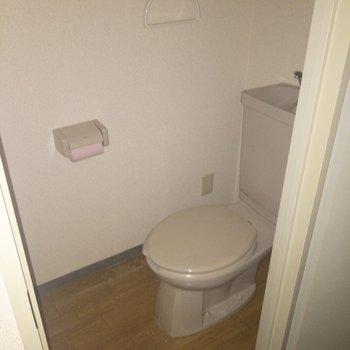 トイレは個室が嬉しい◎※写真は通電前のものです・フラッシュを使用して撮影しています