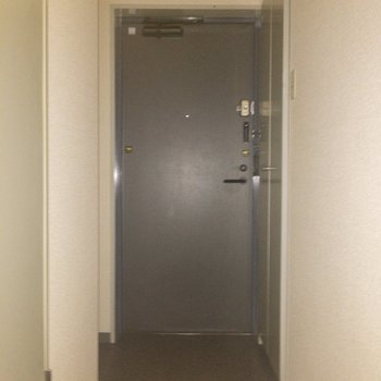 玄関に来ました〜〜※写真は通電前のものです・フラッシュを使用して撮影しています