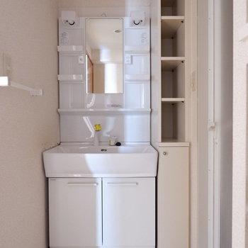 独立洗面台は脱衣所に。※写真は7階の似た間取り別部屋のものです