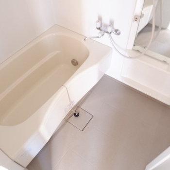 お風呂サイズ問題なし。※写真は7階の似た間取り別部屋のものです
