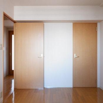【5.7帖洋室】寝室をまとめることもできそう。※写真は7階の似た間取り別部屋のものです
