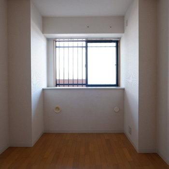 【6帖洋室】寝室にも作業スペースにも。※写真は7階の似た間取り別部屋のものです
