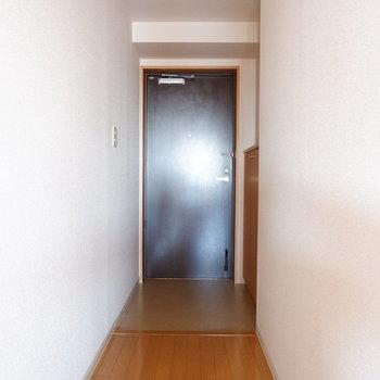 玄関から長い廊下が続きます。※写真は7階の似た間取り別部屋のものです