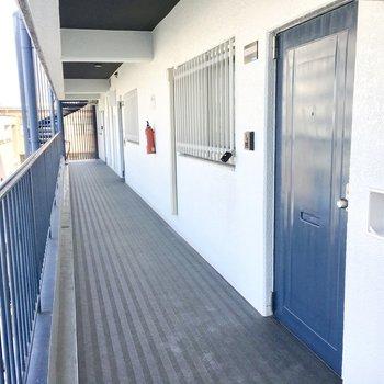 共用部】扉や螺旋階段はブルー。