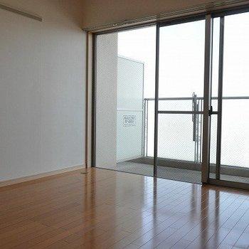 大きな窓!※写真は7階の似た間取り別部屋のものです