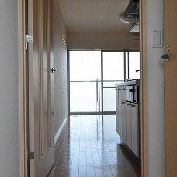 廊下から※写真と文章は7階の似た間取り別部屋のものです