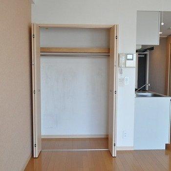 クローゼット※写真と文章は7階の似た間取り別部屋のものです