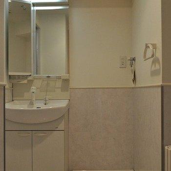 洗面台も広々※写真と文章は7階の似た間取り別部屋のものです