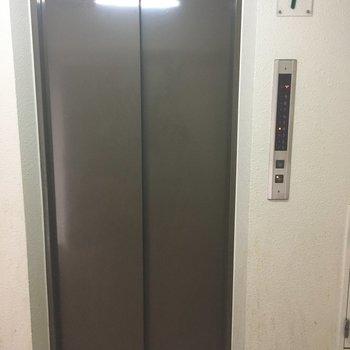 シュッとしまるエレベーター
