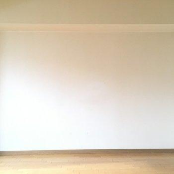 真っ白〜い壁が清潔感を演出※写真は7階の反転間取り別部屋、清掃前のものです
