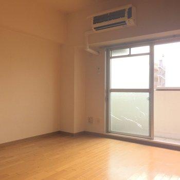 窓は大通りに面している方向です!※写真は7階の反転間取り別部屋、清掃前のものです