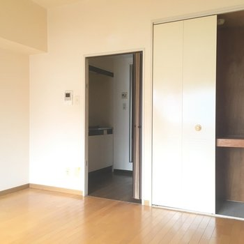 キッチンなどの水回りは一つに!※写真は7階の反転間取り別部屋、清掃前のものです