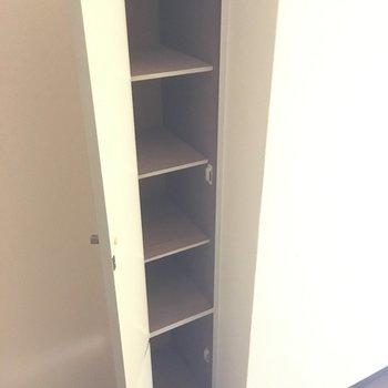 小さいけど靴箱もありました◎※写真は7階の反転間取り別部屋、清掃前のものです