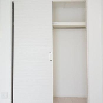 クローゼットは扉の裏側もしまえますよ(※写真は6階の同間取り別部屋のものです)