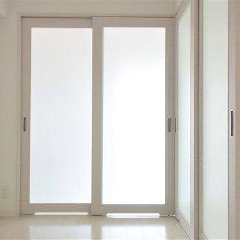 小さな洋室にはなんとかベッドが置けるでしょうか(※写真は6階の同間取り別部屋のものです)