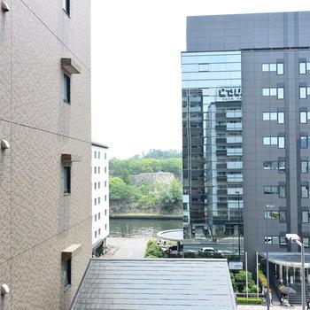 奥にちらりと見える緑は大阪城公園です