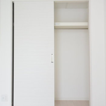 クローゼットは扉の裏側もしまえますよ