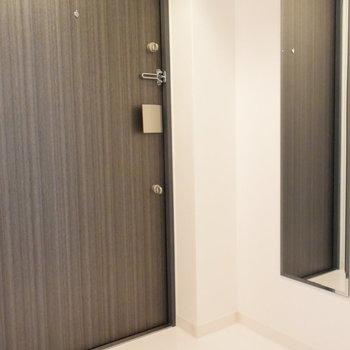 玄関の鏡で身だしなみの最終チェックを(※写真は6階の同間取り別部屋のものです)