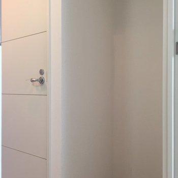 キッチンの後ろに冷蔵庫置場※写真は前回募集時のものです