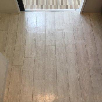 木目調のキッチンの床