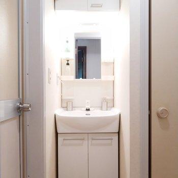 独立洗面台もリッチな大きさ!※写真は1階の反転似た間取り別部屋のものです
