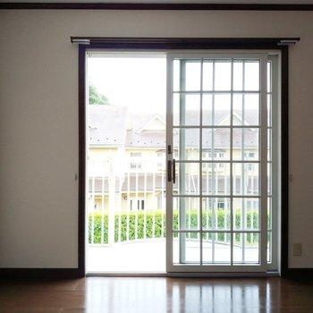 窓の可愛い5帖の洋室へ!※写真は1階の反転似た間取り別部屋のものです