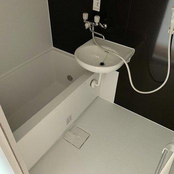 お風呂はコンパクト。たまには銭湯もいいかも。※写真は通電前のものです
