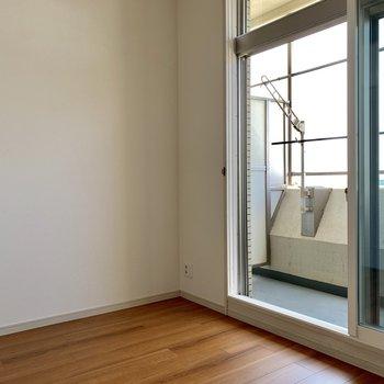 窓は2重になっています。※写真は通電前のものです