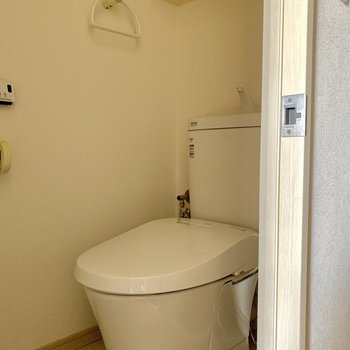 トイレ上部の収納、嬉しいですね。※写真は通電前のものです