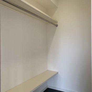 ウォークインクローゼット!ここに荷物を全てつめこめば、部屋がさらに広くなるなぁ。※写真は前回工事の別部屋です