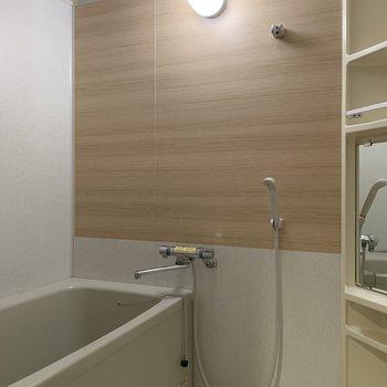 お風呂は木目のシートが、落ち着く空間に仕上げてくれるの。※写真は前回工事の別部屋です