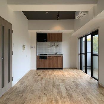 無垢の床に、キッチンやドアの木のかんじもまた愛されるヒケツ!※写真は前回工事の別部屋です