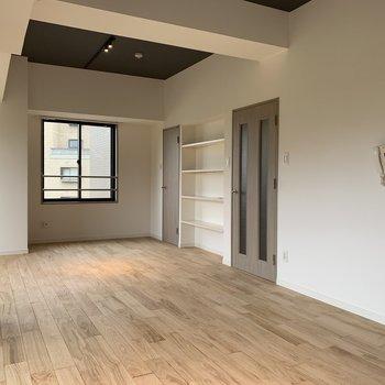 天井はグレーのアクセントクロス。これがお部屋をひきしめる!※写真は前回工事の別部屋です