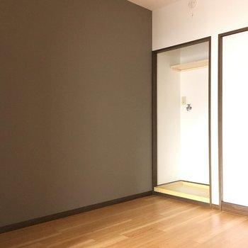 キッチン後ろに洗濯機置き場。隠したい方は突っ張り棒にカーテンを〜!※写真と文章は3階の反転間取り別部屋のものです