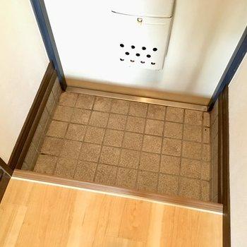 玄関はコンパクトめ。※写真と文章は3階の反転間取り別部屋のものです