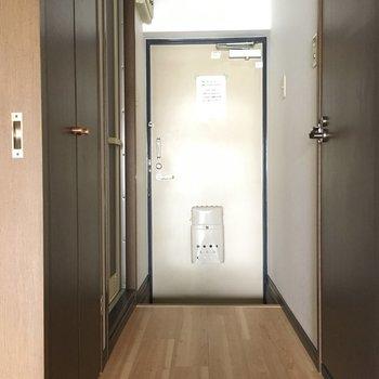玄関はいってすぐの所に水回りが集合!※写真と文章は3階の反転間取り別部屋のものです