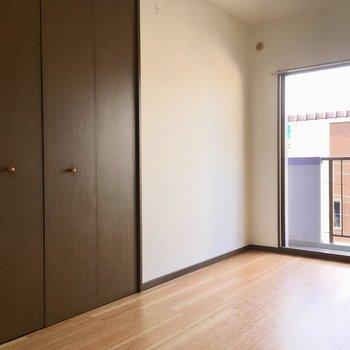 洋室には大きな扉が・・・。※写真と文章は3階の反転間取り別部屋のものです